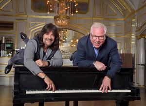 Robert Wells firar utöver 30 år med Rhapsody In Rock 50 år som pianist år 2019. Anders Berglund har han haft med sedan starten 1989 i Sundsvall, men det var inte helt självklart först, då Gävlesymfonikernas producent inte gillade helt till en början att Berglund jobbat som dirigent i Melodifestivalen. De två jobbar tillsammans med Rhapsody för första gången sedan 2003. Konserten det året på Ullevi satte rekord för sittande publik med 44 000 åskådare. Bild: Karin Törnblom.