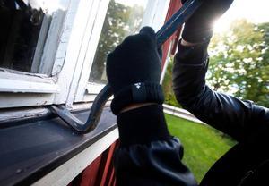 Ett inbrott i en sommarstuga i Limå, i Leksands kommun, upptäcktes på torsdagen. Ett fönster har brutits upp. Obs: Bilden är arrangerad.