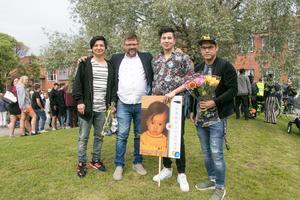 Mousa Azimi, läraren Kees Meijering, Davood Noori, och Hashmat Amir Mohammad väntar på sin kompis Hossein Hosseini.