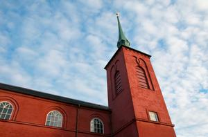 Nynäshamns kyrka väcker intresse eftersom den skiljer sig från de mer utsmyckade katolska kyrkorna i Polen, berättar Kristina Stugholm.