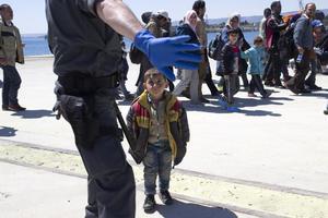 Många små barn, som bär små ryggsäckar på ryggen, kommer i land från en flyktingbåt på Sicilien 2015.  Flera av dem har förlorat kontakten med sina föräldrar.