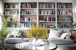Invändigt är huset varmt och välkomnande. Här det lilla vardagsrummet med smart inbyggd bokhylla bakom soffan.