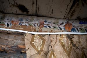 Paret Bernmyr har sparat bitar av en handmålad taklist i ett skåp i 1600-talshuset.