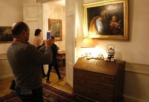 Många var nyfikna på lokalerna inne i residenset och fotade konsten, möblerna och den övriga inredningen.