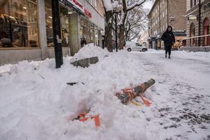 Skyltstolparna på betonghindren har knäckts och hela gågatan låg öppen efter de senaste dagarnas snöröjning.