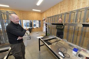 Charlie Ekberg och Carl Johan Ingeström vid en av de nya vallabänkarna.