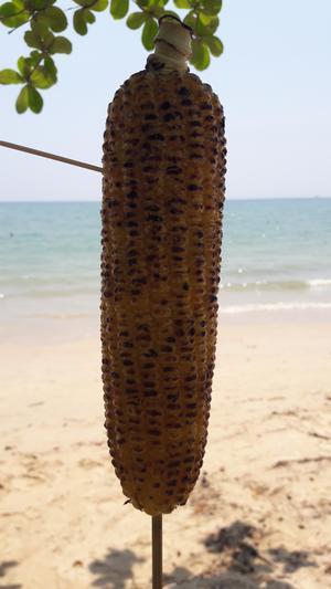 I väntan på våren så fick det bli lunch på stranden i Ao Nang i Thailand. Foto: Anita Hallgren.