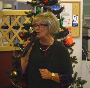 Lena Eklöf presenterade med inlevelse varje ny sång i det väl sammansatta adventsprogrammet. Foto: Kjell Larsson