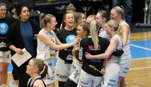 Stina Dahlin kramas om efter det att ÖB tagit årets tyngsta skalp.