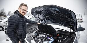 """Mattias Mattson visar att under """"motorhuven"""" eller som Mattias kallar den, frunken finns ett lastfack på 60 liter, avsett för laddkablarna."""
