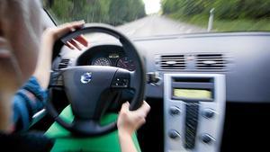 En kvinna från Avesta kommun har dömts till dagsböter för grov olovlig körning. Hon körde bil i hemkommunen trots att hon saknade körkort. OBS: Bilden är tagen i ett annat sammanhang.