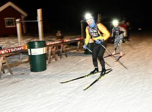 Hans Olsson ser kameran och tar täten före sambon Maria Pietilä-Holmner i Hökberg. I mål var alpinduon 53:e lag med tiden 4.51.