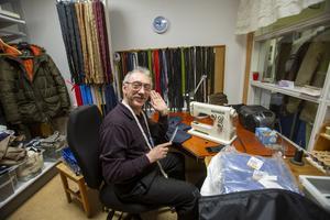 Klackbaren som från början var ett renodlat skomakeri lagar idag fler klädesplagg än skor. På bilden jobbar Jashar Aliyev med en byxa.