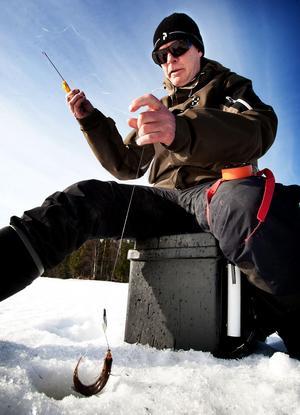 Entusiastiske fiskaren Krister Bergman får försöka överleva julen utan pimpelfiske på Barken. Isen är för tunn.Foto: Peter Ohlsson/Arkiv