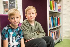 Lowe Holm har besökt biblioteket många gånger, medan kompisen Alvin Sköldqvist är här för första gången. Båda är dock stora bokälskare.