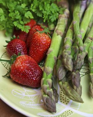 Sparris och jordgubbar är två klockrena vårprimörer.