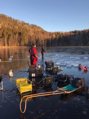 Dykningar i Hulitjärn 6 december 2018 efter försvunne Rune. Bild: Polisen.