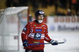Mattias Larsson har spelat som back från minut två i premiären och hyllas av tränaren Magnus Olsson.
