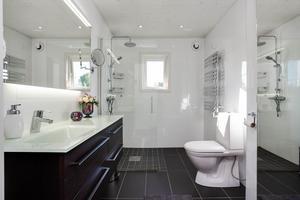 Även badrummet, som bland annat har golvvärme, är nyrenoverat.Foto: Länsförsäkringar Fastighetsförmedling.