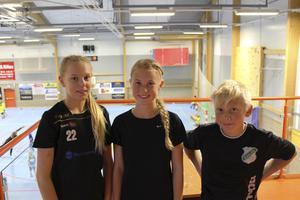 2016 var Tilda Sigg (till vänster) 13 år och deltog i Rimbo HK:s läger i Sparbankshallen där barn i åldrarna 6-15 fick chans att prova på fotboll, handboll och volleyboll. I helgen spelar hon Sverigecupen. Med på bilden är också Julia Gotthardsson (mitten) och Mio Danniker (höger).