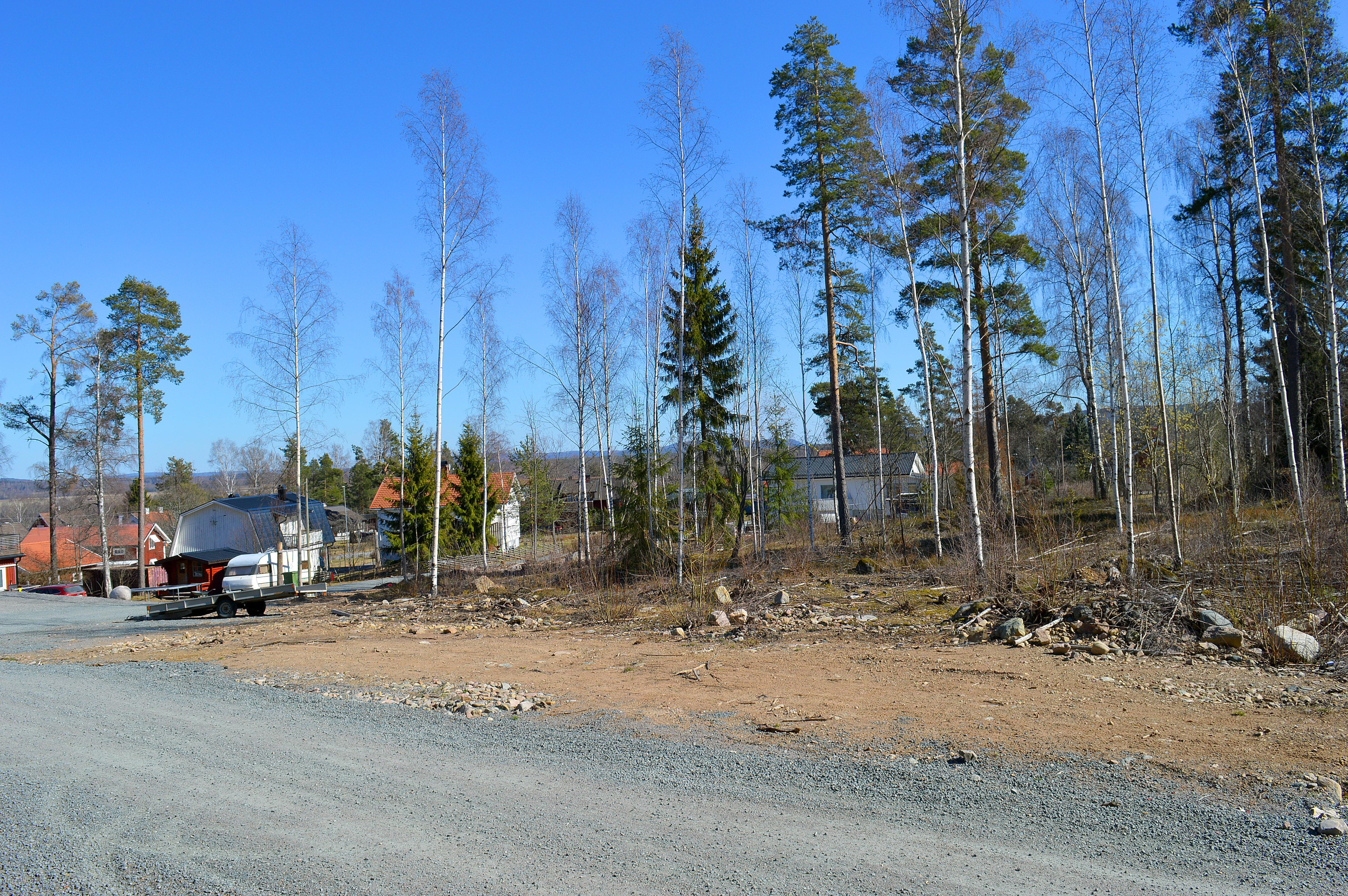 Här – mittemot vattentornet på Höjdvägen – kan det bli fyra parhus med åtta lägenheter.