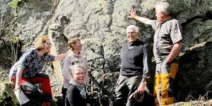 Stenkul på första vandringen blir det första maj klockan 13 på temat geologi, i bland annat Åkersviken.  Lotte Nord, Ulrika Stenbäck, Lena Krantz, Sven Jonasson och Christer Wiklund är några av guiderna under sommarens temavandringar. Foto: Mingen Skrängstasjön Intresseförening
