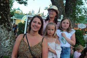 Från vänster: Camilla Strandell, Mihaela Bergman, Evelina Wikner, 9 år,  och Agnes Strandell, 9 år.
