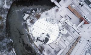 Mittuniversitetets cirkelformade huvudbyggnad intill Selångersån.