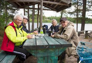 Gull Thelberg, Kerstin Thelberg, Ingrid Albertsson och Ingrid Täfvander tar en fikapaus.