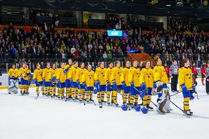 Spelarna under nationalsången efter semifinalens slut. Foto: Johan Löf/BILDBYRÅN