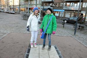 Glädjefyllt på Kumla torg. Noowa Eklund och Leia Eckerwall är två av många barn som roas av det nya klockspelet.