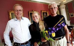 Sören Lindblom och Lennart Hökpers från Dalregementet IF firade och passade på att gratulera Cajsa Grape.FOTO: STAFFAN BJÖRKLUND