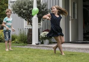 Ett år efter cancern: Nu busar sexåriga Juno för fullt med bonusbrorsan Theo hemma i Västerro.