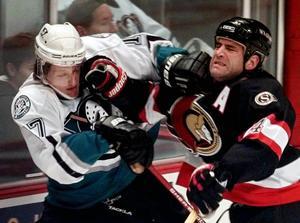 Ottawas Sean Hill manglar Tomas Sandström  som 1997 spelade i Mighty Ducks of Anaheims tröja. FOTO: TT