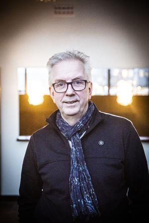 Mats Hurtig kan sakna Hårdingen och hans manér, men njuter av att spela manusförfattaren Jan Sundbergs karaktär i sommarfarsen i Föllinge än mer.