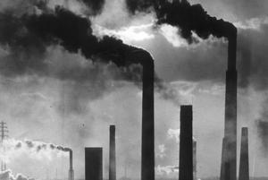 Vad som än händer är ansvaret för klimatet det viktigaste frågan, skriver Roger Bydler. (Bilden visar järnindustrier i Ruhr-området 1970).Foto: Scanpix