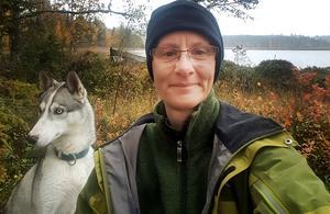 Marie Hermansson, verksamhetschef för bistånd, hälsa och sjukvård i Krokoms kommun, har ett stort friluftsintresse. För att attrahera sjuksköterskor till kommunen under sommaren provade hon med att erbjuda gratis hunddagis, fiskekort och boende, något som visade sig vara ett lyckokast.