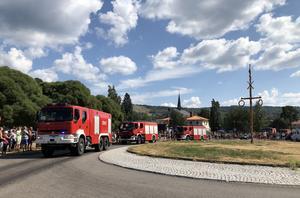 Konvojen av polska brandbilar passerar Rättvik på väg norrut.  Människor jublar och applåderar utefter vägen.