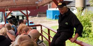 Bonden Hans Edlund guidar nyfikna besökare. Foto: Väddö Gårdsmejeri