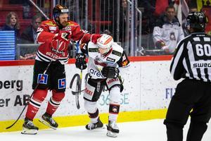 Det var stundtals riktigt hett på isen. Som här när Marcus Weinstock hamnade i luven med Malmös Carl-Johan Lerby. Bild: Johan Bernström/Bildbyrån