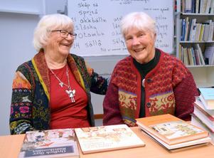 Back Maj Friberg och Snis Gudrun Kellner berättar historier och har roligt under den senaste träffen med deltagarna i studiecirkeln om Rättviksmålet.