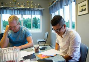 Linus Nilsson och Bassel Saleh – som får läsa rollen som Abdu – är två av deltagarna på mötet.