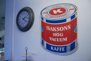 Sandra Olssons pappa brukar komma förbi med inredningsprylar som han tycker passar i fikets gamla kondisstuk.