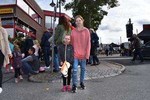 Vinnah Rilding och Violet Forsberg hade sett fram emot Hallstaviksdagen och ville prova så många aktiviteter som möjligt.