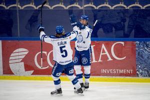 Filip Johansson jublar efter ett mål förra säsongen tillsammans med Calle Själin.