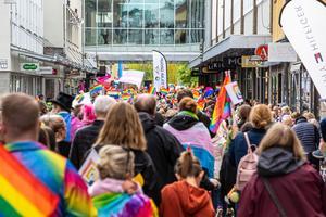 Det var många som ville delta i Prideparaden. Foto: Bengt Pettersson
