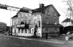 Östra infarten. Västerås ansikte mot öster var anskrämligt när den här bilden togs 1968. Huset låg i hörnet Pilgatan/Malmabergsgatan och hyste bland annat Bettys raggarfik Café Framtiden.