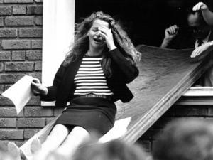 Julia Björklund såg lite förskräckt ut när hon skjutsades ut från Kastalskolan 1989.