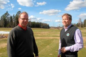 Thomas Bergling, pro på Sala GK, och ordförande Hans Eljansbo ser fram emot golfsäsongen som snart inleds. Foto: Niclas Bergwall