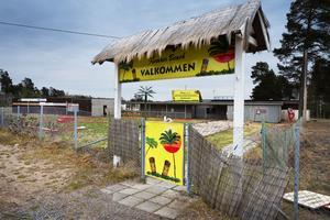 Färgglada skyltar välkomnar till Tranviken beach men kommunen har inga indikationer på att någon service kommer att finnas under badsäsongen 2019.